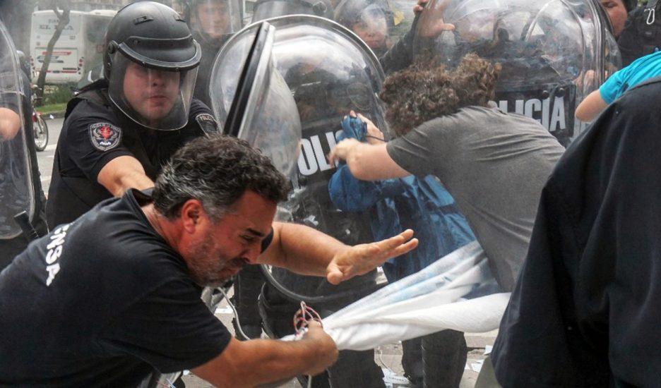 Brutal represión a trabajadores de prensa