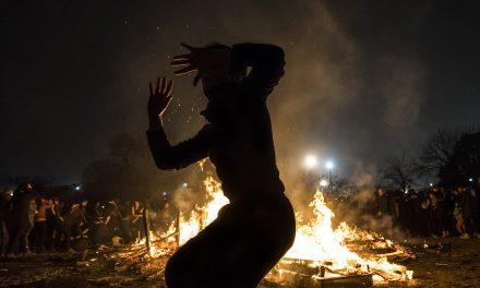 La fogata que quema las miserias