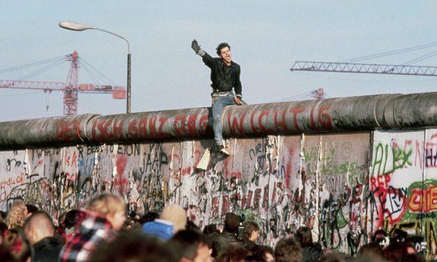 Gente bailando sobre una pared